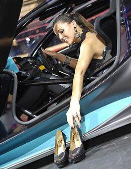 Les plus belles h tesses du salon de l 39 auto for Salon auto hotesse