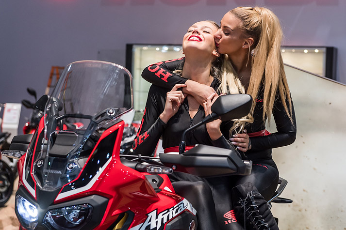 De mooiste hostessen van het autosalon 2017 for Salon de milan moto 2018