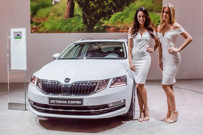 les plus belles h tesses du salon de l 39 auto 2017