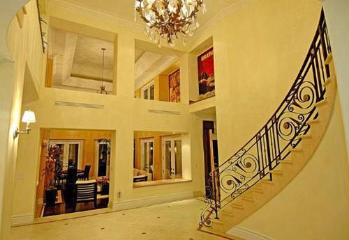 la maison de lady gaga l 39 escalier une visite chez lady gaga. Black Bedroom Furniture Sets. Home Design Ideas
