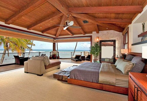 une chambre coucher la villa sur la plage de vanessa paradis et johnny depp. Black Bedroom Furniture Sets. Home Design Ideas