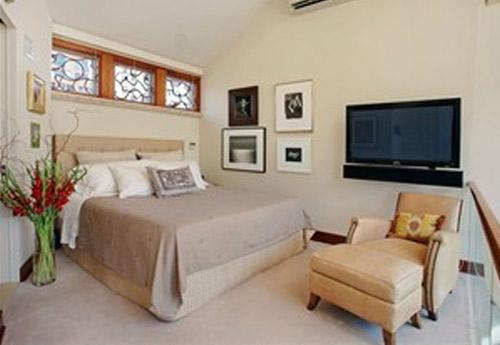 Eenvoudige slaapkamer het liefdesnest van katy perry en russell brand for Van de tv