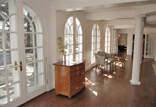 le hall d 39 entr e la maison coloniale de michael douglas. Black Bedroom Furniture Sets. Home Design Ideas