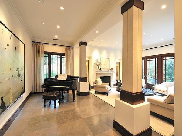 Woonkamer kijk binnen in de villa van kim kardashian - Trap binnen villa ...