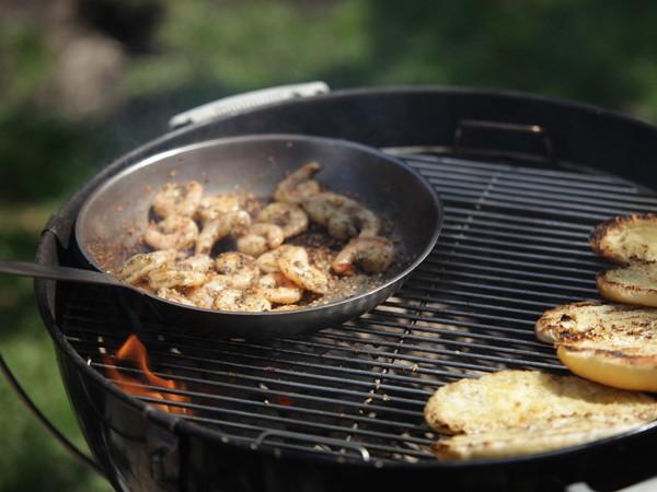 charbon de bois ou gaz le b a ba du barbecue recettes accessoires et conseils. Black Bedroom Furniture Sets. Home Design Ideas