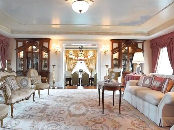 un salon lumineux le manoir de c line dion. Black Bedroom Furniture Sets. Home Design Ideas