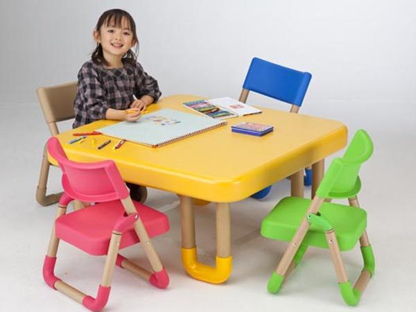 Table manger pour enfants une chambre d 39 enfant qui for Table et chaises pour enfants
