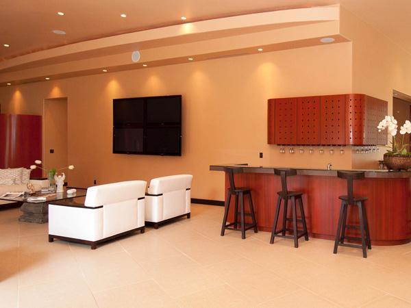 Woonkamer met bar - De villa van Rihanna