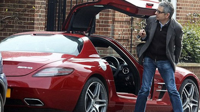rowan atkinson ces acteurs amoureux de leur s voiture s. Black Bedroom Furniture Sets. Home Design Ideas