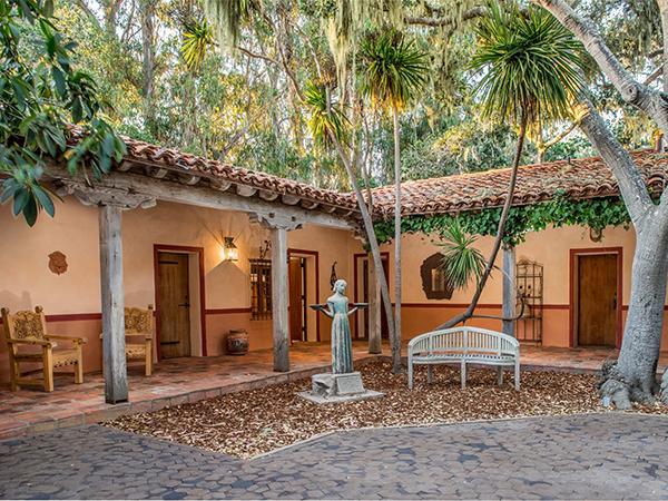 la cour int rieure vendre une hacienda de luxe vendue par clint eastwood. Black Bedroom Furniture Sets. Home Design Ideas