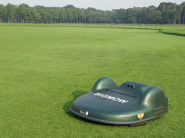 aussi sur des terrains en pente tondeuse robot le plaisir de la pelouse sans les. Black Bedroom Furniture Sets. Home Design Ideas