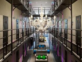 Une nuit en cellule ? Ces prisons transformées en hôtels vous attendent !