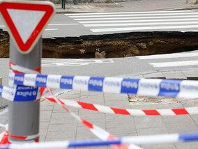 Vreemde zinkgaten, kraters en putten in de weg