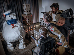 Cardboard Box Office-blog: 2-jarige speelt iconische filmscènes na met kartonnen dozen