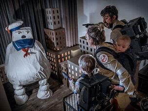 Une famille rejoue des scènes de film de légende avec des boîtes en carton