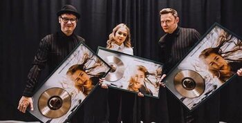 Hooverphonic reçoit un disque d'or pour « Looking For Stars »