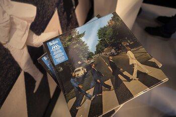 Showbizz detective: wie is die mysterieuze man op de achtergrond van de albumhoes van 'Abbey Road'?