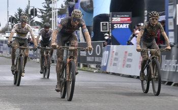 Pidcock en van der Poel kampen in een epische finish om de wereldbeker mountainbike