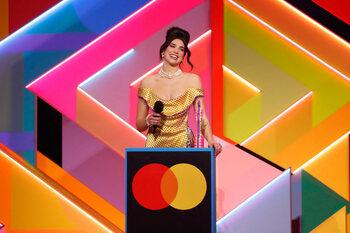 Dua Lipa domine la cérémonie des Brit Awards aux accents féminins
