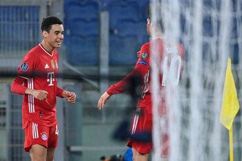Bayern blijft ongeslagen in de Champions League en kan de kwartfinale al ruiken