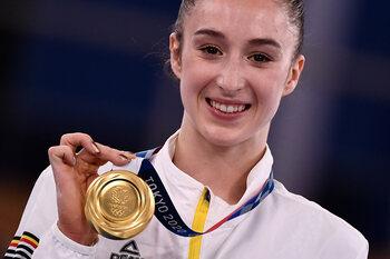 Nina Derwael bezorgt België delirium met eerste gouden medaille in Tokio