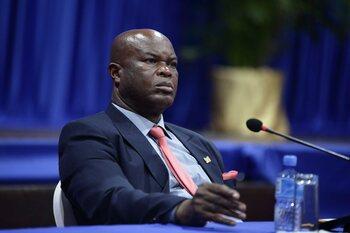 60-jarige vicepresident van Suriname, gezocht door Interpol, stelt zichzelf op in CONCACAF League-wedstrijd