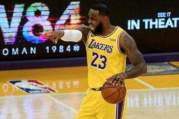 LeBron James continue d'éblouir, en hommage à Kobe Bryant