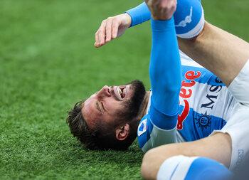 Geblesseerde Dries Mertens ziet topper tegen Lazio aan zijn neus voorbij gaan