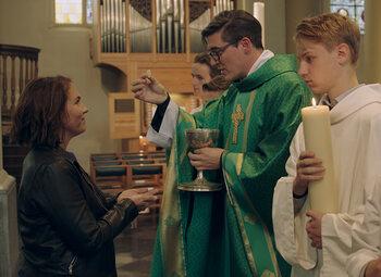 """""""Moet het celibaat niet afgeschaft worden?"""": Siska Schoeters ontvangt zes priesters in Durf te Vragen"""
