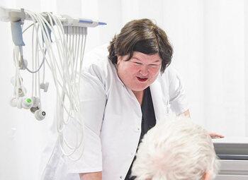 De Block wordt verpleegster, Geens cipier en Homans gaat op pad met sociaal werkers in Telefacts
