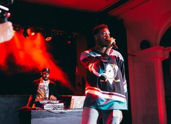 Belgische rapper Woodie Smalls vertelt wat het podium met hem doet