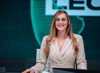 """Belgische Eefje """"Sjokz"""" Depoortere wint trofee voor """"Host van het jaar"""" op Esports Awards 2020"""
