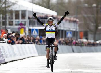 Annemiek van Vleuten contre le reste du peloton pour la reprise de la saison au Circuit Het Nieuwsblad