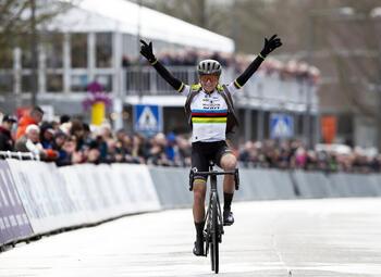 Van Vleuten versus de rest: nieuw seizoen trekt zich op gang in Omloop Het Nieuwsblad