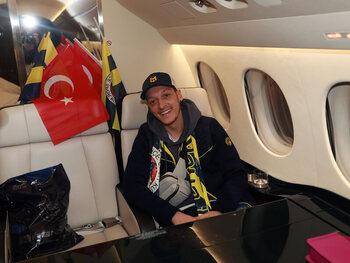 Een miljoen fans volgden zijn vlucht naar Istanboel: Özil-gekte slaat toe bij Fenerbahçe