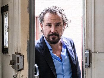 Axel Daeseleire terug thuis na ziekenhuisopname, zijn programma 'Axel Gaat Binnen' verschuift naar najaar