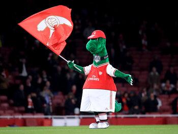 Arsenal ontslaat mascotte, die naar Sevilla vliegt
