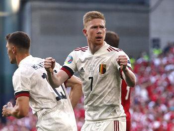 """""""Plus complet que Messi et Ronaldo"""": la presse internationale se met à genoux devant la masterclass de De Bruyne contre le Danemark"""