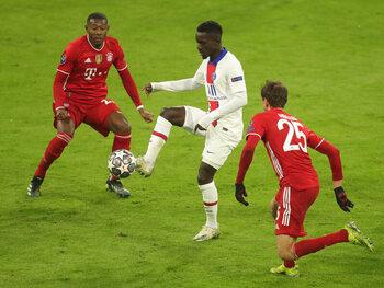 PSG-middenvelder Idrissa Gueye gaat voorop in de strijd tegen Bayern
