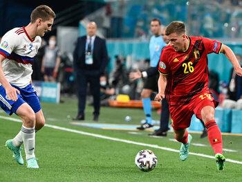 """En Italie, Dennis Praet est passé du statut de """"Iniesta belge"""" à celui de joueur """"box-to-box"""""""