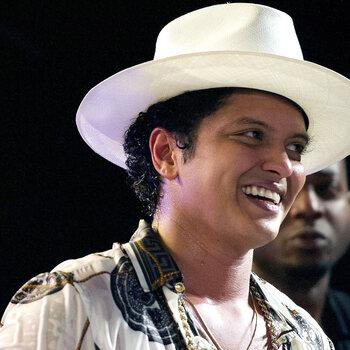 Bruno Mars deelt 24.000 maaltijden uit op Hawaii