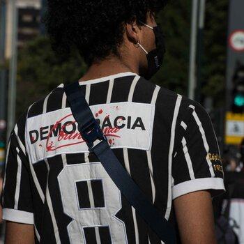 Suppoters van verschillende voetbalploegen verenigen zich in Brazilië om te ijveren voor meer democratie