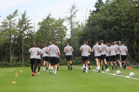 CEO Brian Tevreden (KSV Roeselare) spreekt spelersgroep toe op eerste training van het seizoen
