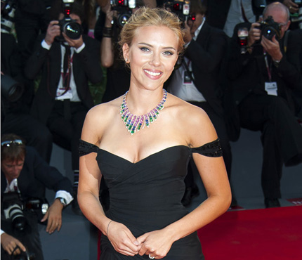 Scarlett Johansson   fiancée et resplendissante 64a674d0a59