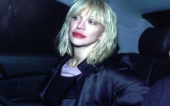 Courtney Love gooit met schoenen en meer