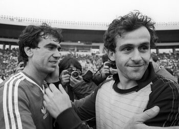One day, no goal: Michel Platini ziet magistrale volley in rook opgaan