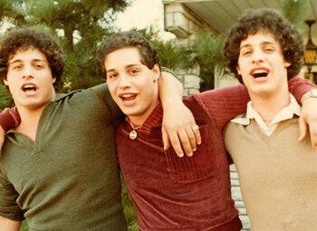 """Regardez """"Three Identical Strangers"""" maintenant dans le catalogue à la demande de Proximus Pickx"""