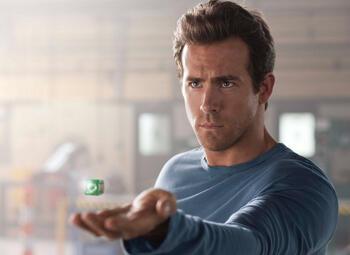 Ryan Reynolds lacht met Green Lantern in zijn eigen versie van de film