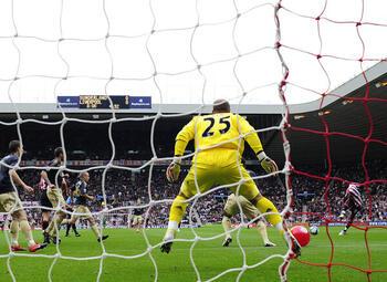 One day, one goal: Darren Bent bat Liverpool avec l'un des buts les plus bizarres de tous les temps