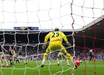 One day, one goal: Darren Bent verslaat Liverpool met één van de bizarste goals ooit